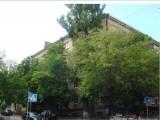 Сдается  ул.  Бурмистенко  Голосеевского  р-на  помещение  под  офис:  нежилой  фонд,  цокольный    этаж  с   полноценными  окнами,   80  кв.м. (  ресепшн, четыре   кабинета,  кладовые, встроенная кухня ...